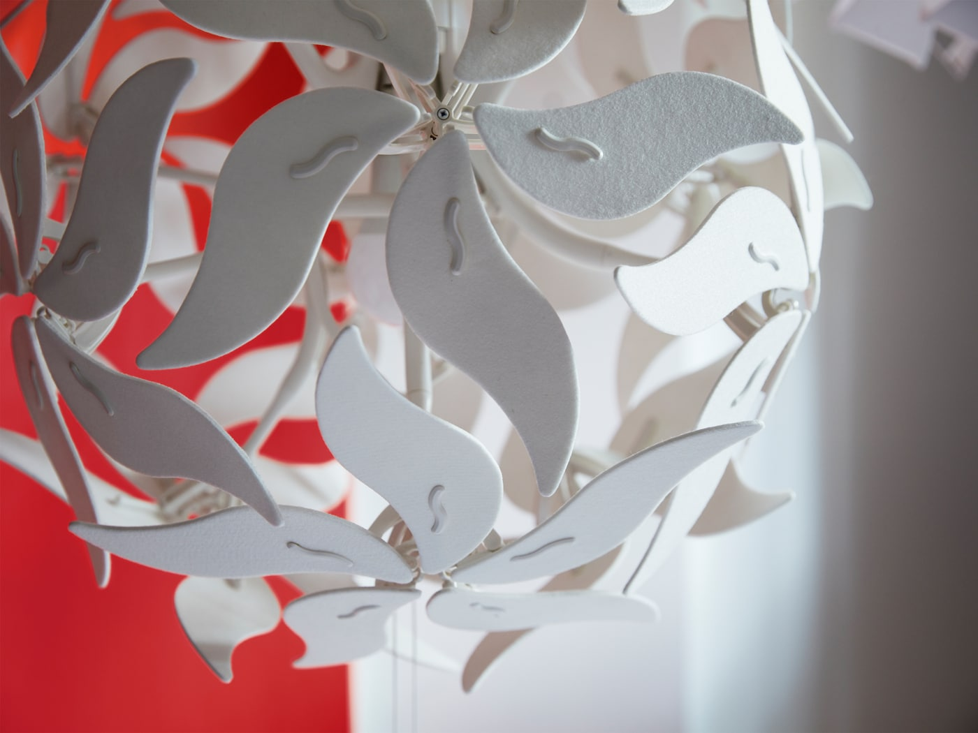 Nahaufnahme einer RAMSELE Hängeleuchte im Blütendesign, das sich durch einen Kordelzug im Aussehen verändern lässt.