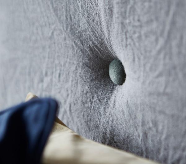 Nahaufnahme von Knöpfen an einem Sofa aus Matratzen