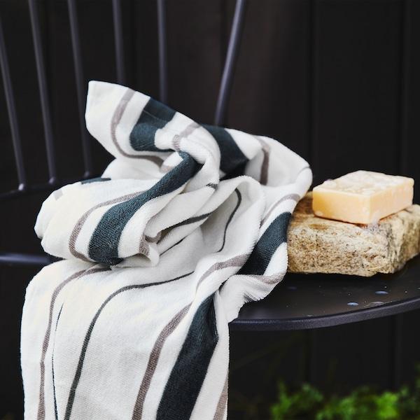 Nahaufnahme von OTTSJÖN Badetuch in Weiss/Blau mit senkrechten Streifen aus zu 100% nachhaltiger Baumwolle