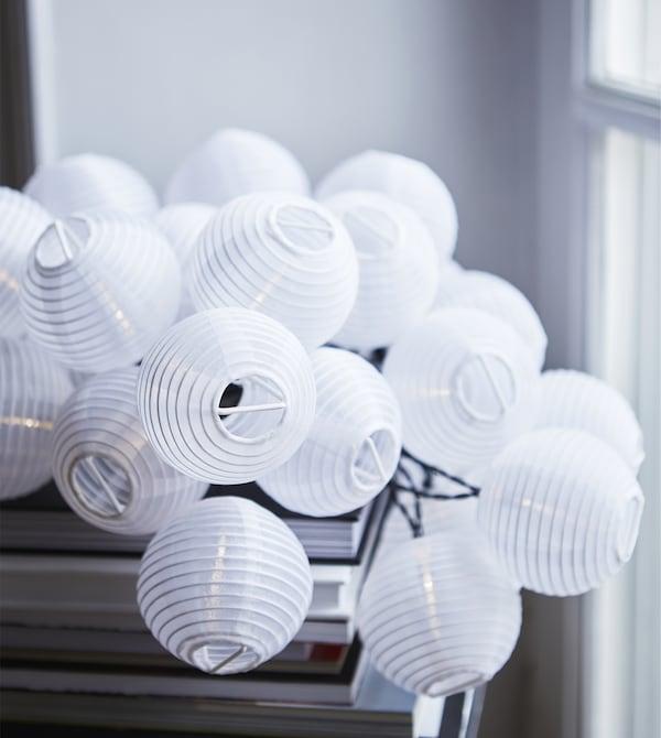 Nahaufnahme von SOLVINDEN Dekoration für Lichterkette rund weiß.