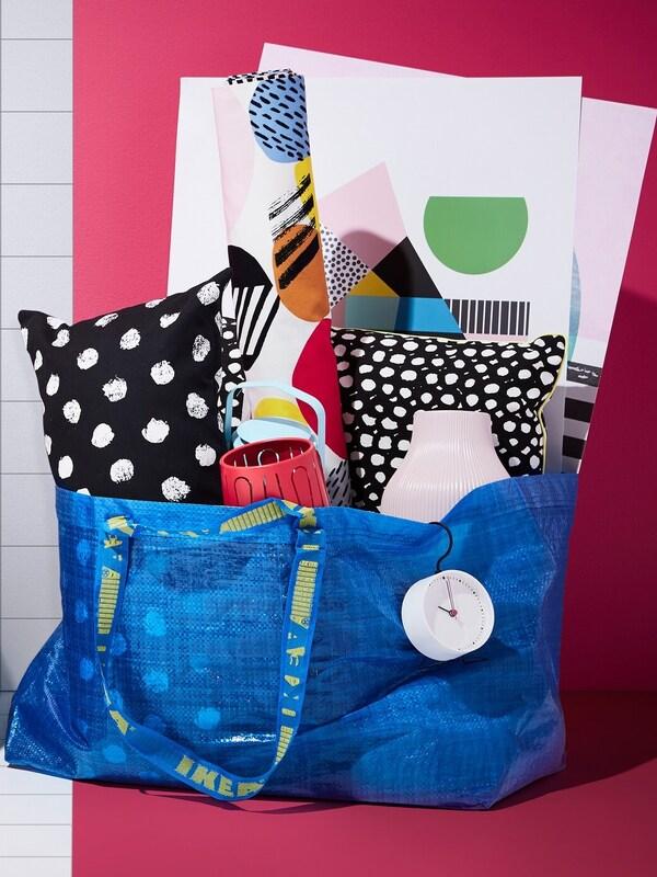 Nákupná taška IKEA naplnená výrobkami.