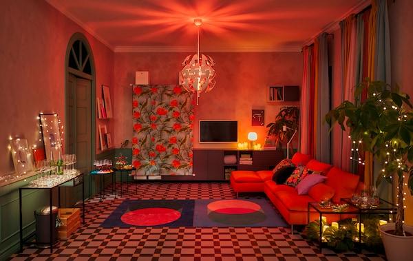 Nappali, bútorokkal a falak mellett, nagy táncparkett, dekorációk és világítás a klubhangulatért.