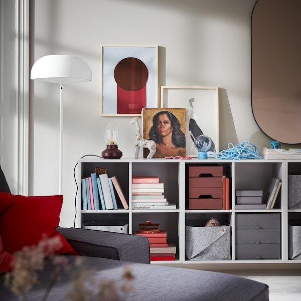 Nástenná kombinácia svetlosivých skriniek EKET poskytne otvorené úložné priestory na knihy, koše, škatule a ďalšie veci.
