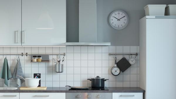 Настенная вытяжка на кухне в скандинавском стиле