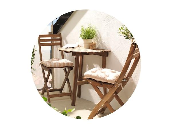 Nástenný stôl s dvoma stoličkami.