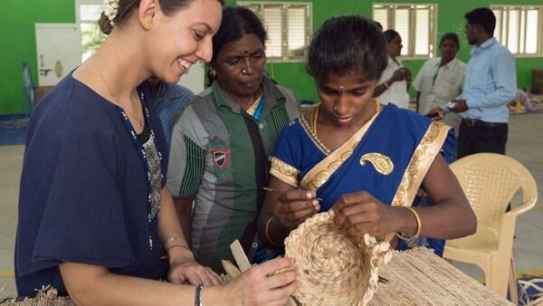 Návrhář IKEA s indickými řemeslníky vyrábějí společně ručně tkaný koš.