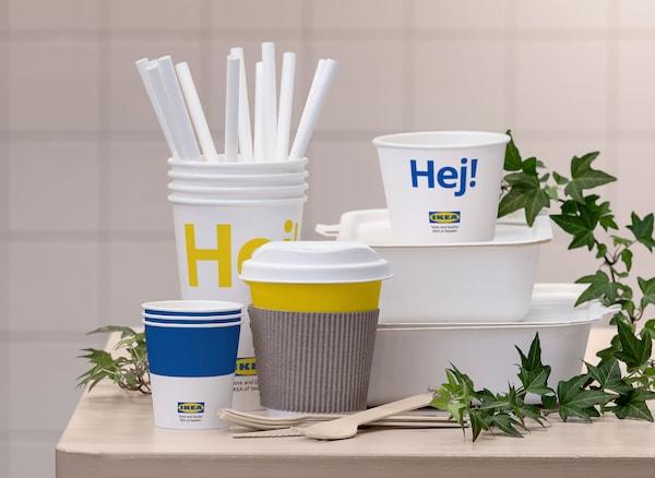 再生可能な素材を100%使用したイケアの保存容器、カップ、ストロー、カトラリー。