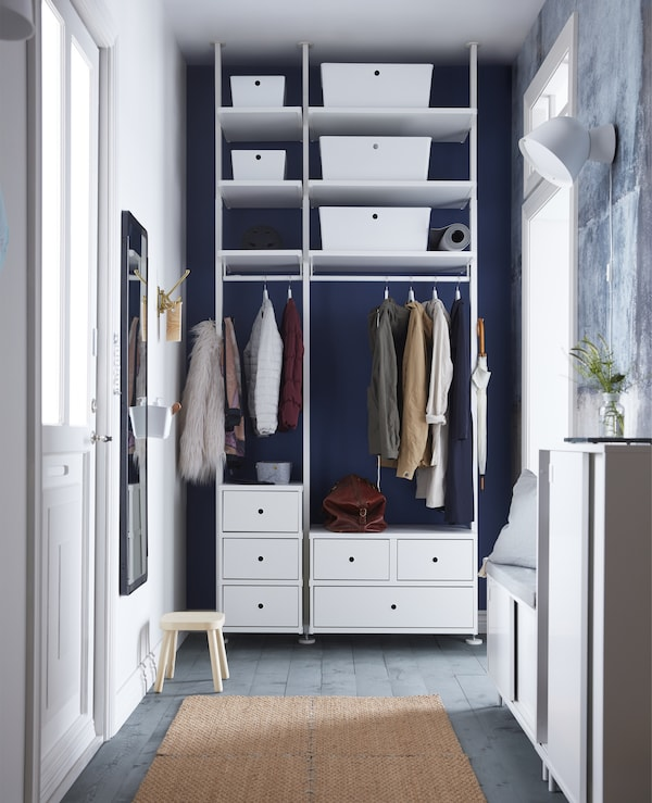 Need more space in a small hallway? IKEA has a lot of smart storage solutions! Add minimalist boxes with lids such as KUGGIS to an open storage unit to get a de-cluttered look. Keep shoes in the MACKAPÄR shoe cabinet with space-saving sliding doors.