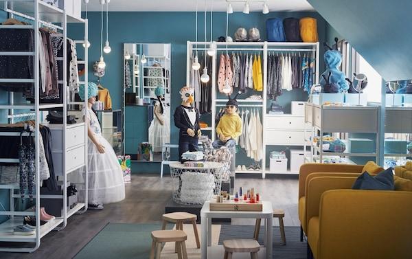 Negozio di abbigliamento per bambini con mobili e scaffali bianchi - IKEA