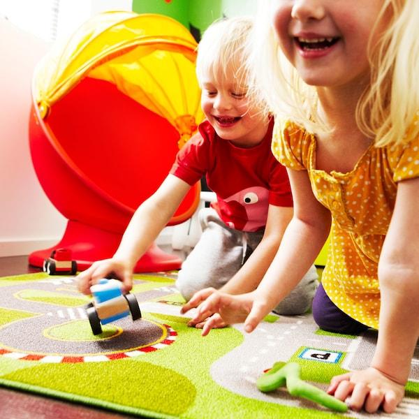 Nens jugant a la catifa