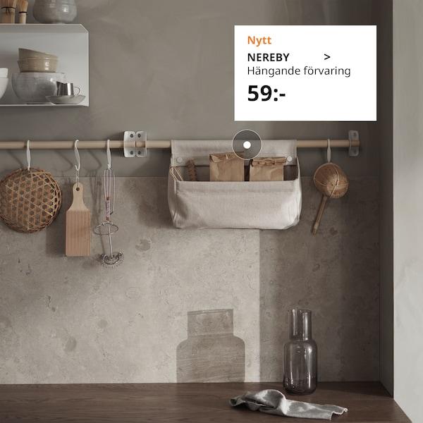 NEREBY hängande förvaring i ett kök som går i ljus ton.