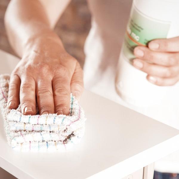 Nettoyer et dégraisser les façades des tiroirs.