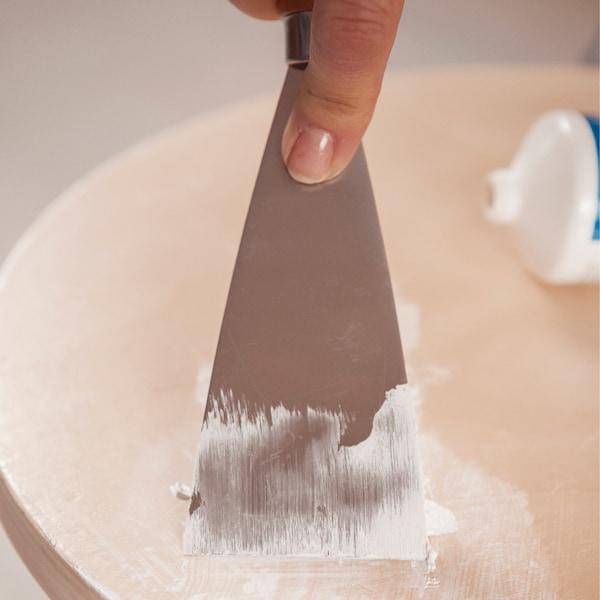 Nettoyez et dégraissez le bois et comblez les rayures éventuelles avec le mastic approprié.