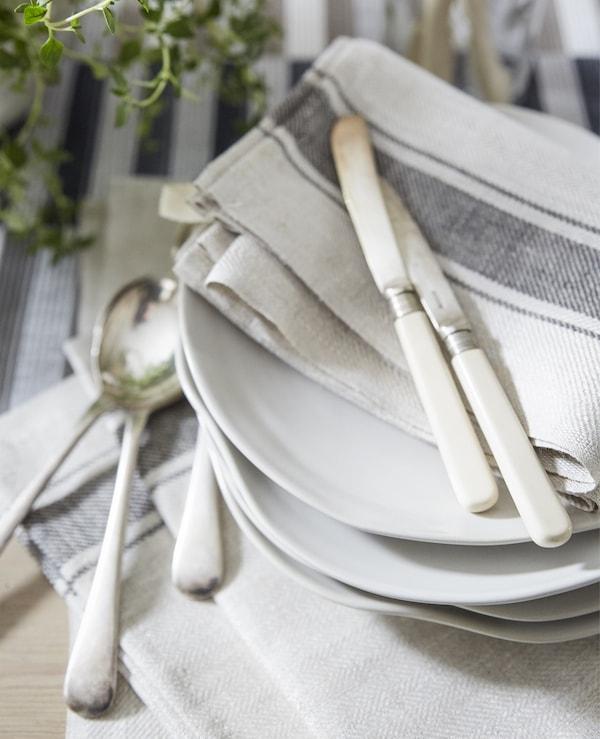 Neutralfarbene Baumwollservietten & Besteck mit VARDAGEN Geschirrtuch in Beige
