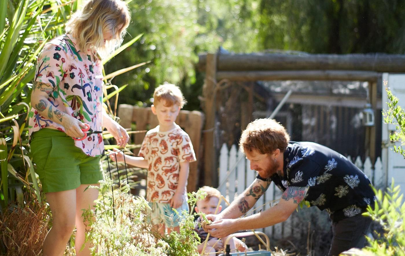 Nici, Ben e os dois filhos a trabalhar no jardim.
