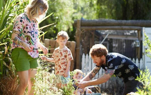 Nici, Ben și cei doi copii ai lor lucrând în grădină.