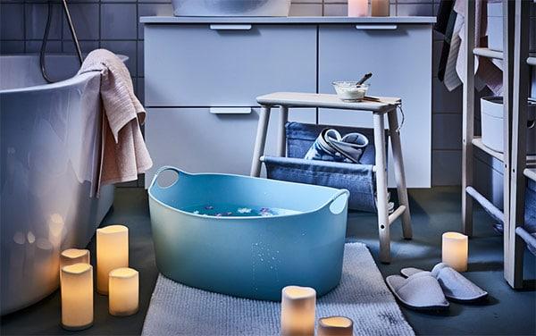 niebieski kosz na kąpiel stóp