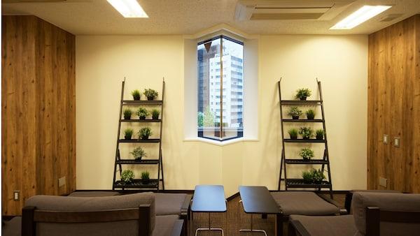 空間に潤いを与えるグリーンは、手間のかからない人工観葉植物FEJIKA/フェイカを、プランターシェルフSALLADSKAL/サッラドスカルに並べて。