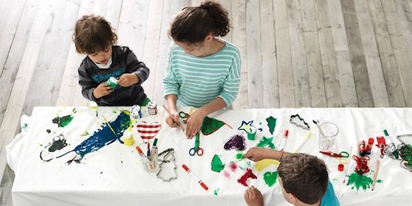 Niños pintando en una mesa