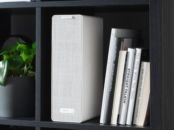 書棚に、SYMFONISK/シンフォニスク ブックシェルフ型スピーカーと本を並べて。