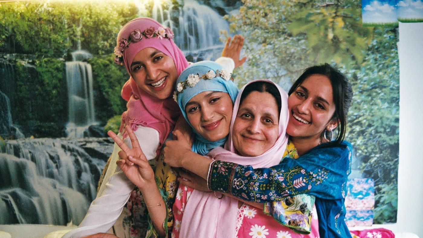世界難民の日(6月20日)にちなみ、イケアストアのファブリック部門で自信に満ちたポーズを取る3人の女性。