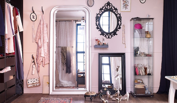 Noch ein Tipp: Kleinere und grössere Spiegel passen wunderbar zwischen Bilder an deiner Wand