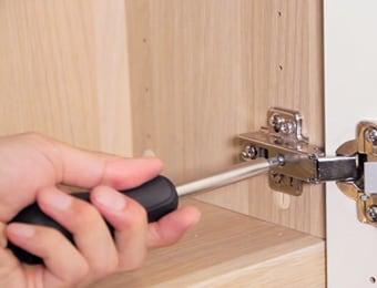 扉のヒンジ調整方法