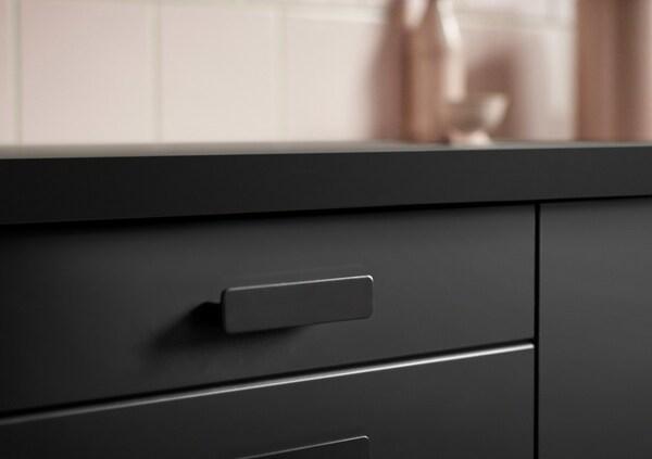 Non content d'être un produit durable, KUNGSBACKA est aussi un produit esthétique! Son étonnante finition mate et ses bords biseautés lui donnent un look sobre et net.