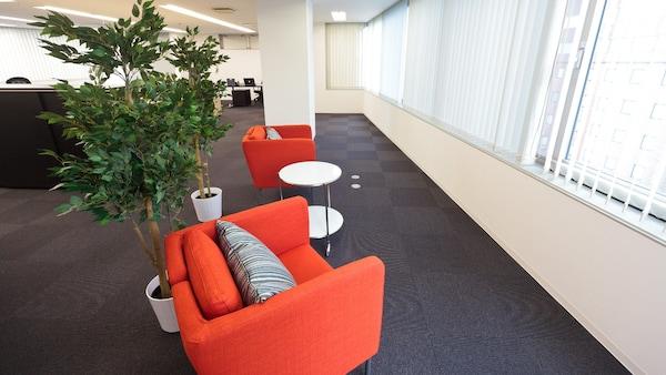 従来の日本的オフィスではない空間をイメージ