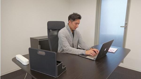 社長の津嶋さんも、あえて仕切りのない同じスペースで仕事をする