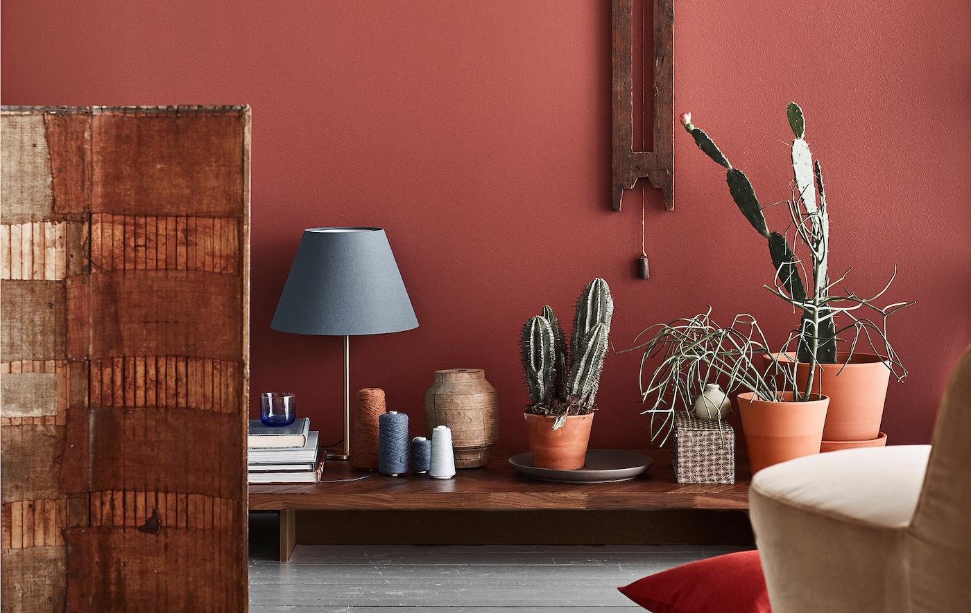 Nous pensons que l'une des grandes tendances à venir consistera à combiner des couleurs de terre rouges avec des accents bleus et des meubles en bois foncé.