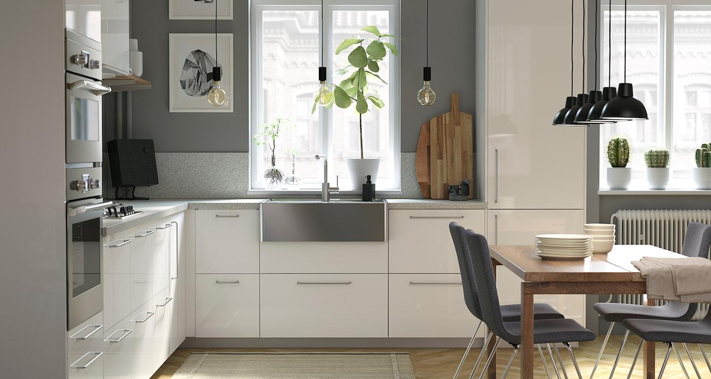 Nowoczesna biała kuchnia z szafką kuchenną RINGHULT