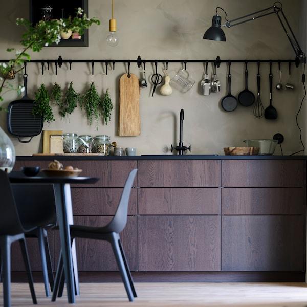 نصائح للمطبخ حول كيفية زيادة مساحة التخزين المفتوحة والمخفية.