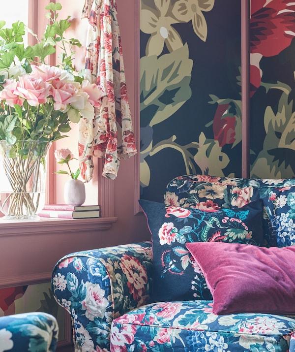 Nu te teme să exagerezi cu modelele florale. De la mobilier la draperii și la tapet, lasă totul la vedere.