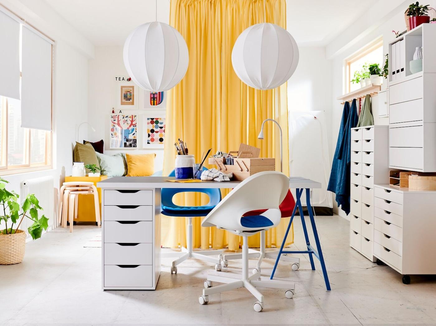 Nyheten ELDBERGET skrivbordsstol i en skandinavisk kontorsmiljö. Med en vit bas av möbler med färgglada textilier.