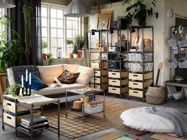 Nyugodt nappali, ipari stílusú fa és fém bútorokkal, fehér kanapéval.
