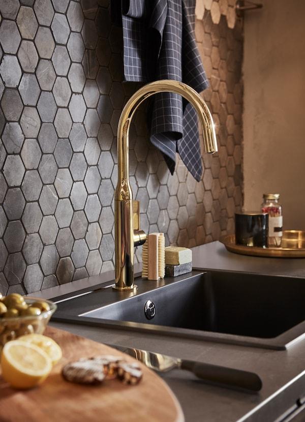 NYVATTNET حنفية حوض من ايكيا لون ذهبي ونحاسي وحوض مطبخ HÄLLVIKEN لون أسود كوارت عميق.