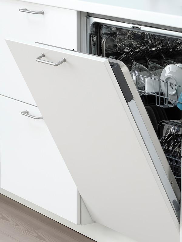 O mașină de spălat vase integrată LAGAN deschisă, în care se văd tacâmuri, pahare de vin și farfurii adânci.