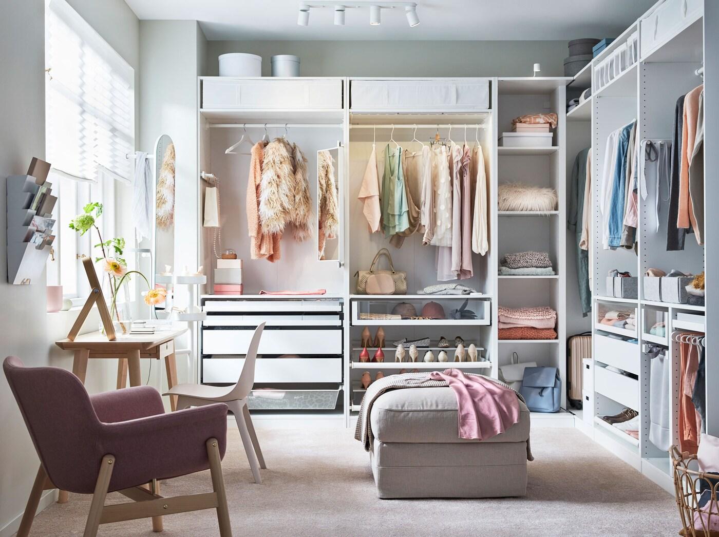 O sistema de roupeiros PAX e o sistema de arrumação KOMPLEMENT combinam bem para criar este closet de sonho. Inspire-se e organize também o seu roupeiro!