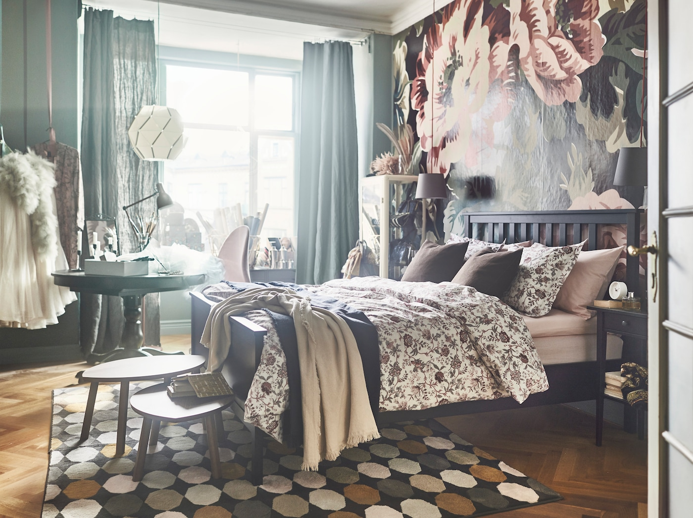 O sommier DUNVIK da IKEA tem molas ensacadas que apoiam o corpo nos sítios certos. Complete com a capa de edredão e fronha SPRÄNGÖRT de algodão num padrão floral para obter uma sensação primaveril.