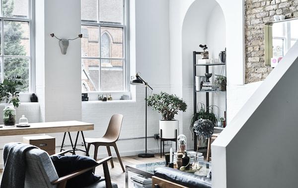 O sufragerie şi un living cu pereţi albi.