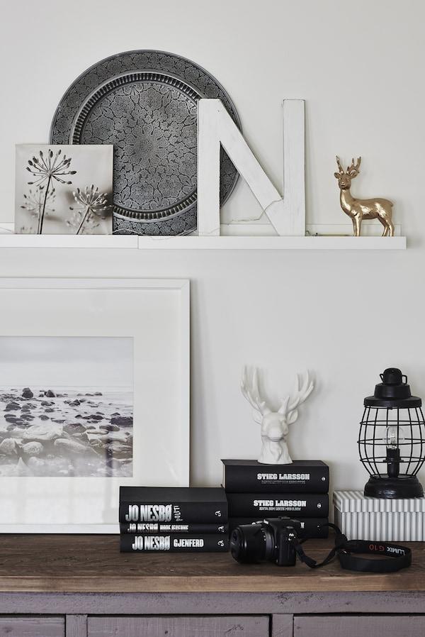 Objetos expuestos en un estante y en la pared.
