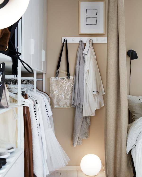 Oblečení pověšené na bílém věšáku LURT/GUBBARP