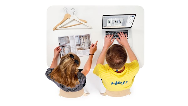 Obrázek zaměstnance a zákazníka, kteří plánují v počítači a listují brožurou.