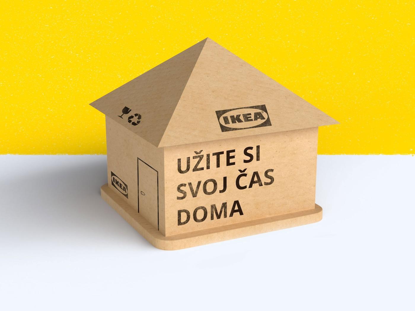 """Obrázok domu vyrobeného z kartónového obalu IKEA s nápisom """"Užite si svoj čas doma."""""""
