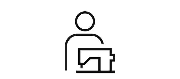 Obrázok osoby za šijacím strojom, ktorá symbolizuje služby šitia.