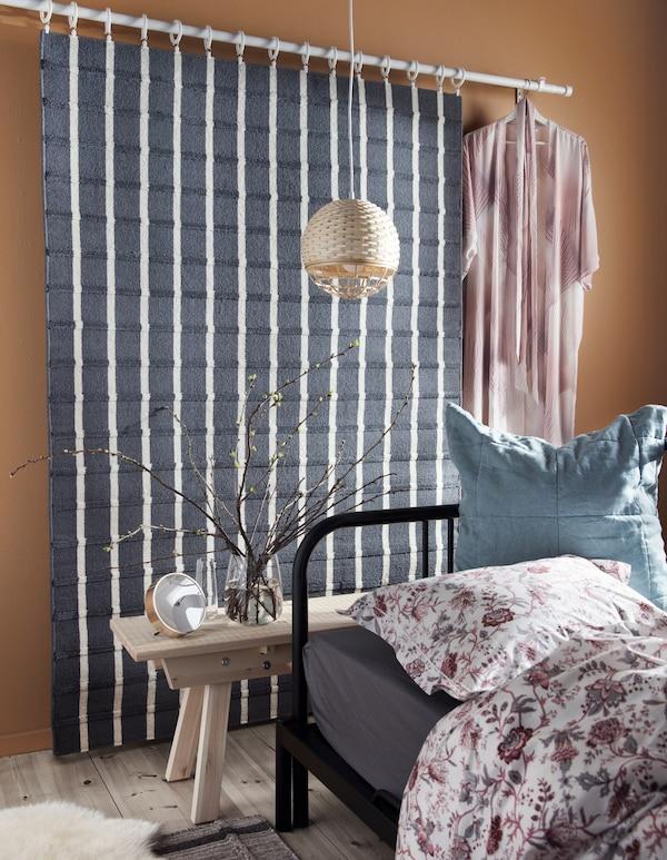 Обустройте уютную спальню для спокойного сна с помощью сочетании текстиля и современной мебели! В ассортименте ИКЕА представлено много каркасов кроватей и кушеток. Например, стальной каркас кушетки ФИРЕСДАЛЬ. Вы легко можете превратить ее в одноместную кровать или удобный диван!