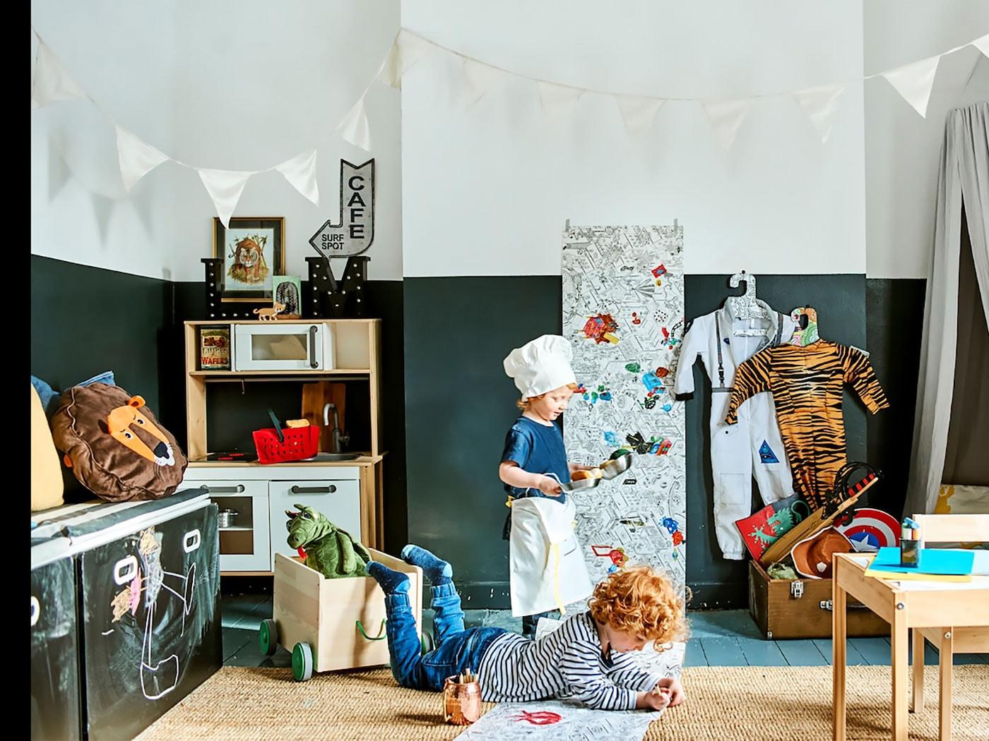 Obývací pokoj, kde si hrají děti s hračkami IKEA.