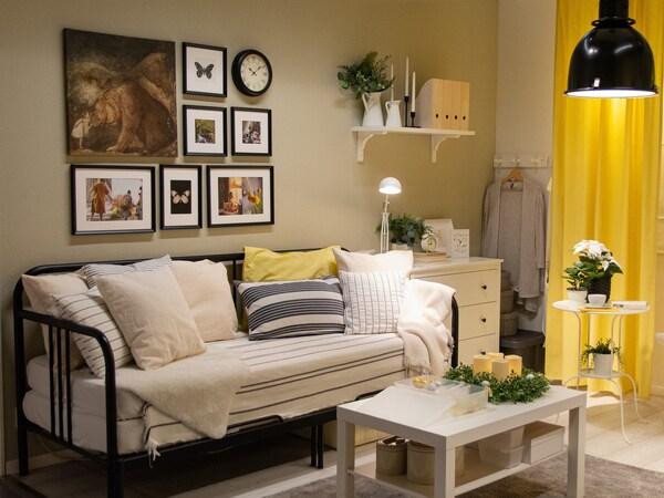 Obývací pokoj s pohovkou, křesly a pracovním koutem v modro-šedé barevné kombinaci.