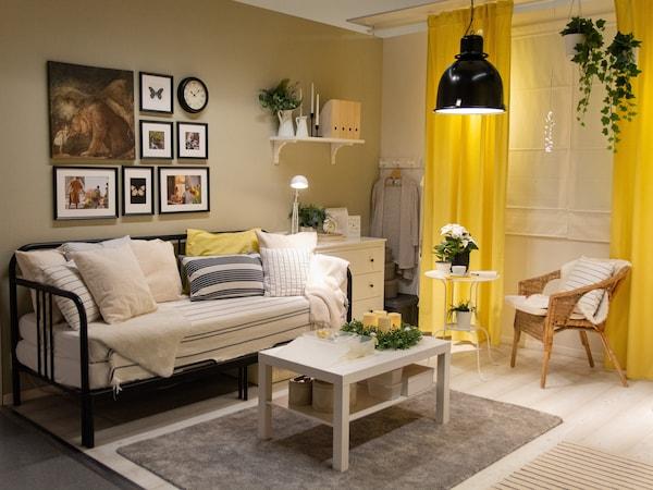 Obývacia izba, ktorú si obľúbia aj vaši hostia v bielo-žltej farbenej kombinácii s rozkladacou pohovkou, stolíkom a úložným priestorom.